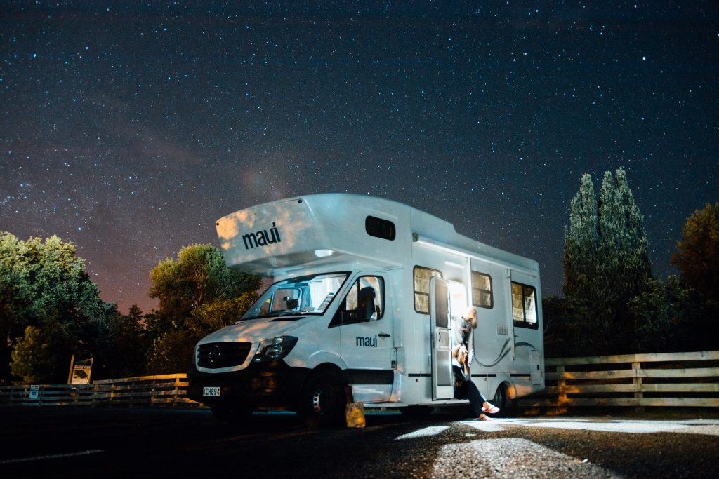 Un camping-car la nuit